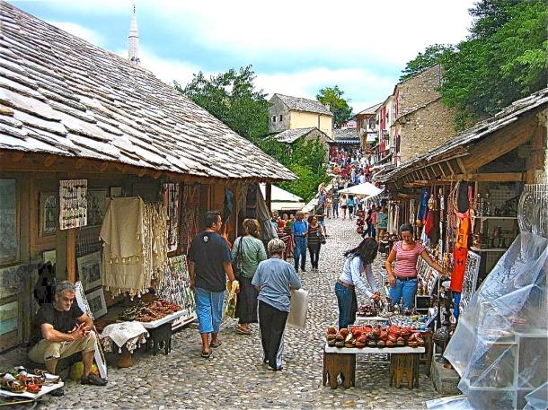 1024px-Bazar_at_Old_Bridge_in_Mostar,_Herzegovina