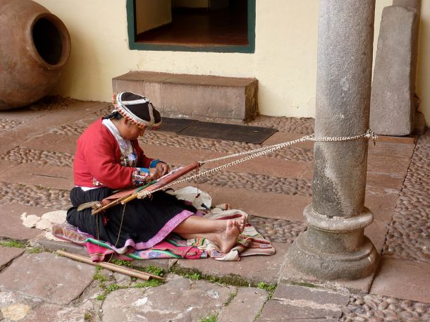 1024px-Traditionnal_peruvian_weaving_-_Cuzco_-_Peru (1)