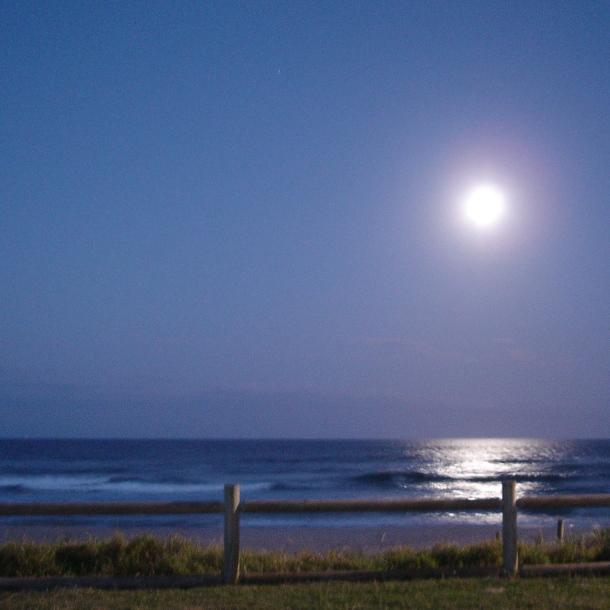 Full moon beach sq