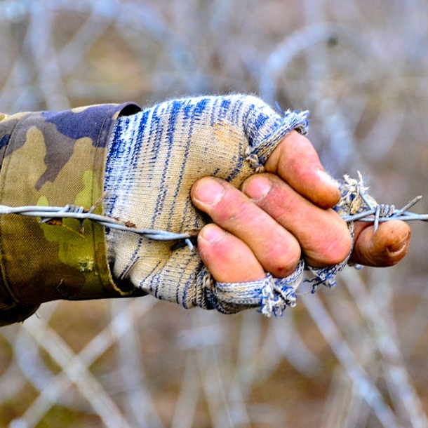 Soldier w barbed wire FI