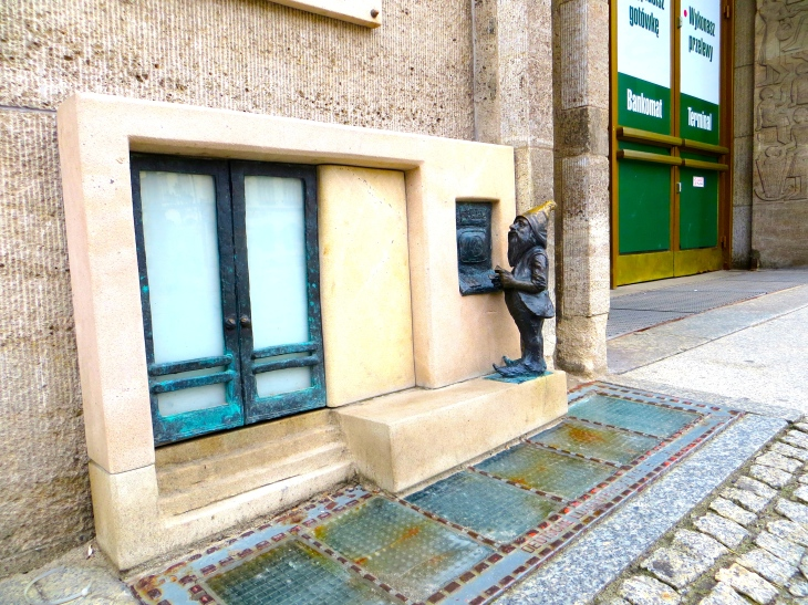 Even Wroclaw's Gnomes Use ATMs