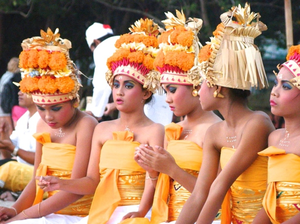 Girls_in_traditional_Hindu_dress_in_Bali_Indonesia 2
