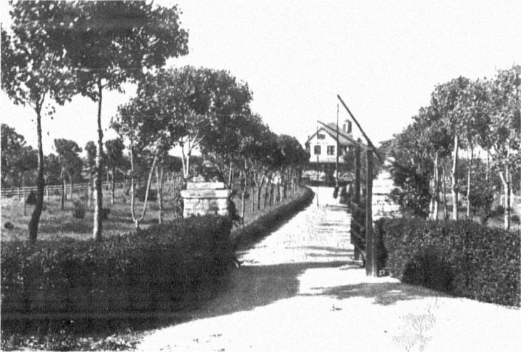 The front entryway of John E. Madden's farm Hamburg Place in Lexington, Kentucky as it appeared in 1911.