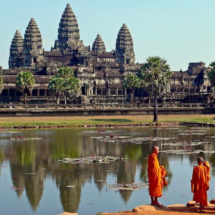 buddhist_monks_in_front_of_the_angkor_wat-2